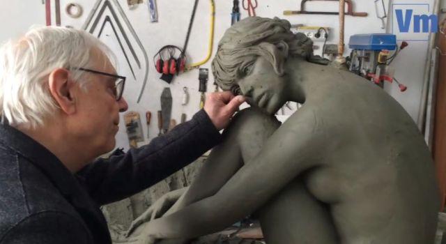 Milo-Manara-sculpte-la-statue-de-Brigitte-bardot_width1024